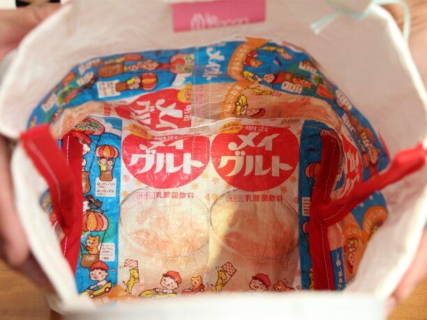 バッグの中に見えるメイグルトのパッケージ