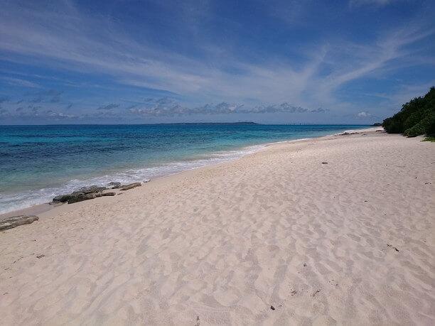 まっ白なさらさらの砂浜のビーチ