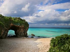 アーチ状になった琉球石灰岩の洞窟