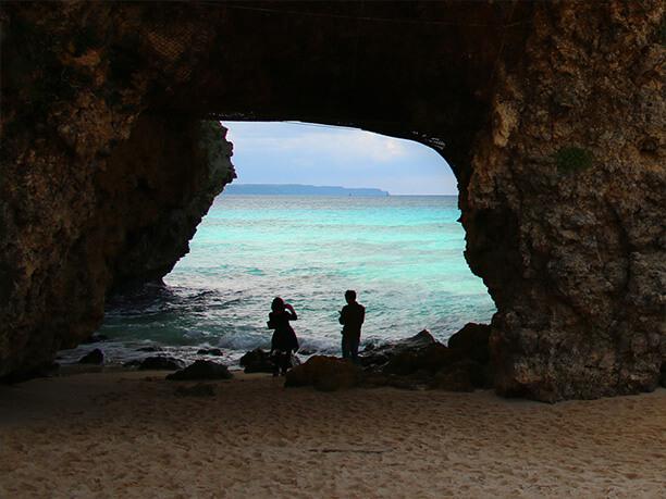 洞窟の向こうに見える青い海