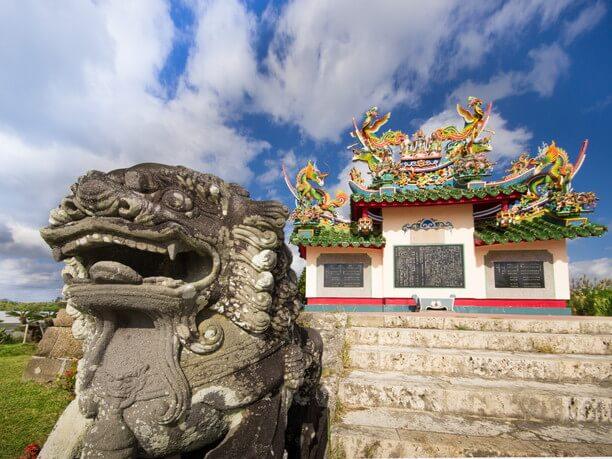 獅子像の先の唐人墓