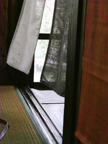 開け放たれた窓