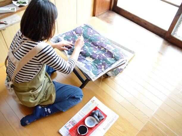 染色している由美子さん