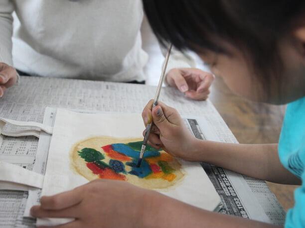 色を塗る子供のアップ