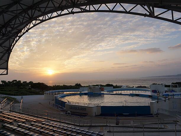ショーの終わったオキちゃん劇場と沈む夕陽