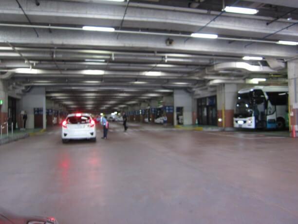 地下駐車場の全景
