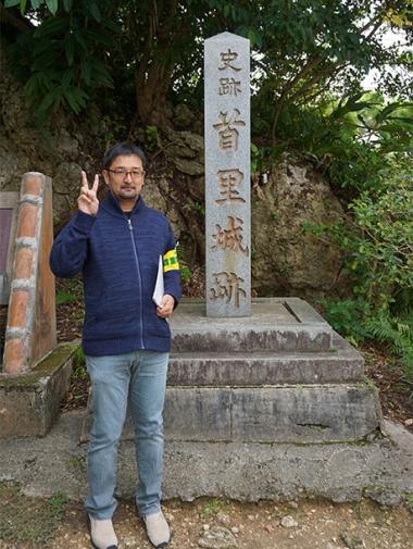 手前の石碑とライター