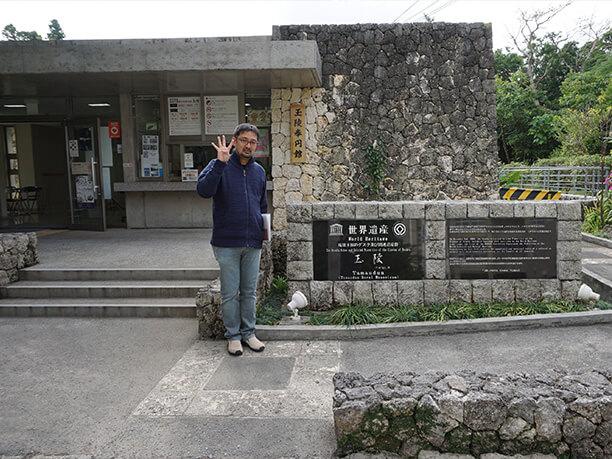 入り口前の石碑とライター