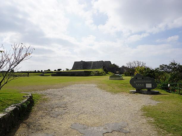 遠くに見える中城城跡
