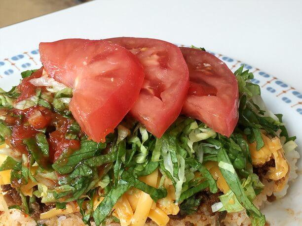 トマトをトッピングしたタコライス