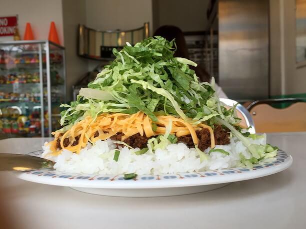 真横から見たタコライスチーズ野菜