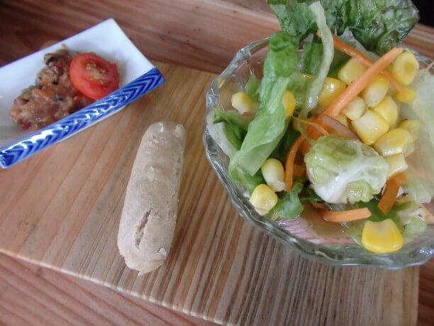 ポテトグラタン・サラダ(茄子のディップ付き)・パンがセット