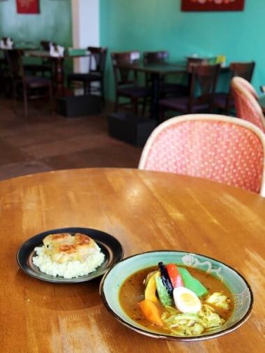 テーブルの上のスープカレー