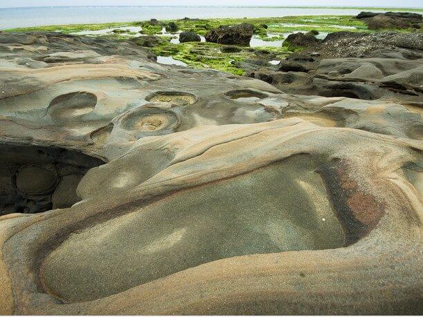 地層がこまかく積み重なった奇岩