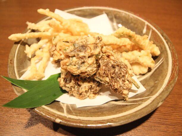 沖縄で作られた陶器「やちむん」に盛られたお料理