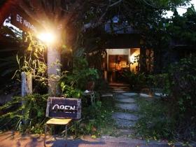 夜のカフェ外観