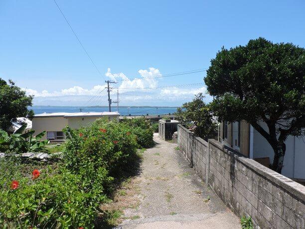 坂道からの景色