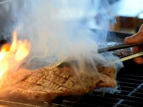 専用グリルで焼かれているステーキ