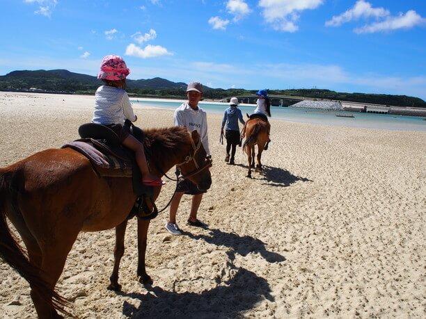 浜辺で乗馬