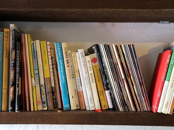 さまざまな本が並ぶ棚