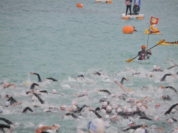 海へと飛び込んでいく選手たち
