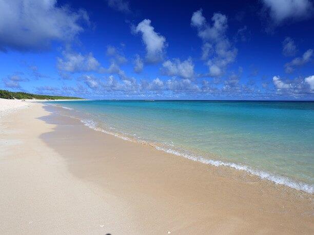 天然の白砂が水平線の彼方にまで続くかのような奥行き