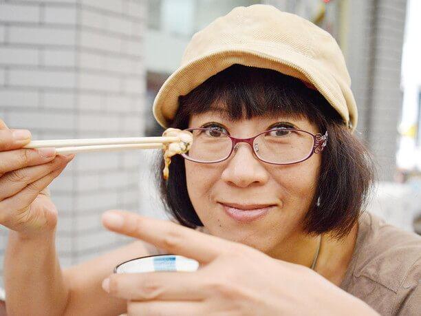 刺身を食べる著者