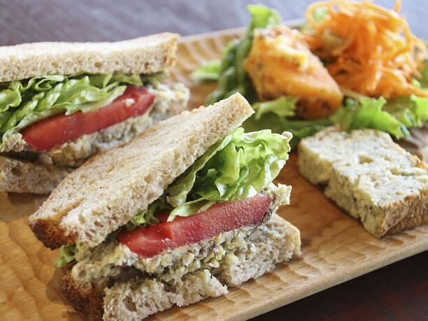 豆のペーストとトマトのサンドイッチ