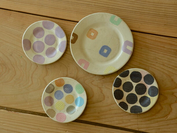 ほのぼのした空気感や幸せそうな色使いのお皿