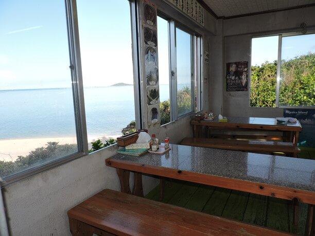 大神島をのぞむ窓辺の席
