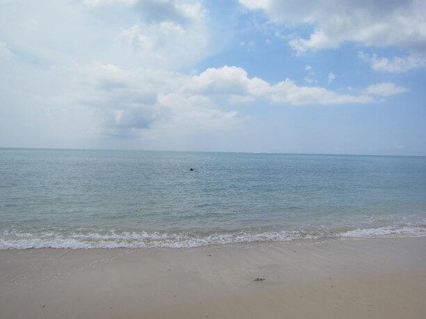 海の中に見えるヤハラヅカサの石碑