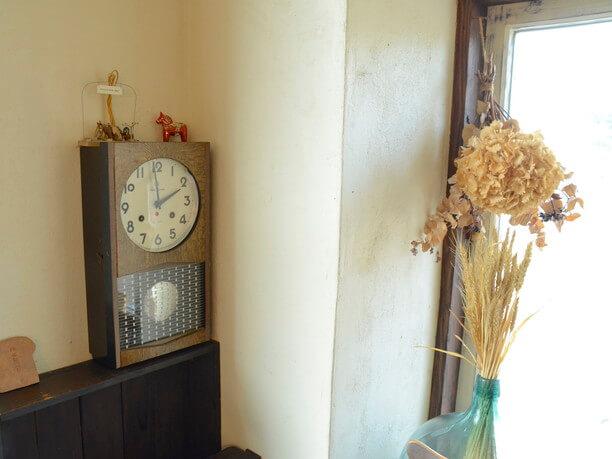ねじまき式の柱時計