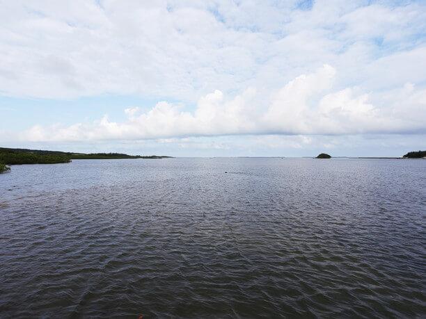 水平線上に浮かぶ八重山の島影