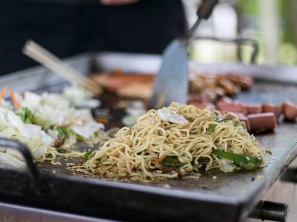 焼きそば麺他の食材とチャンプルーして炒めている様子