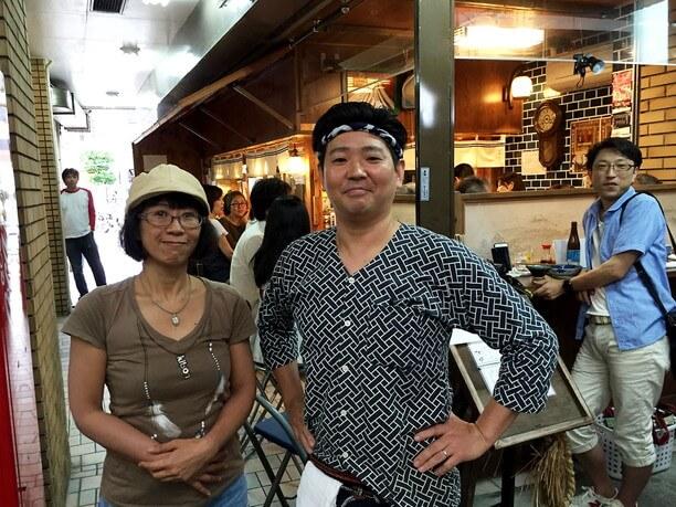 和柄の制服を着た店長さんとライター