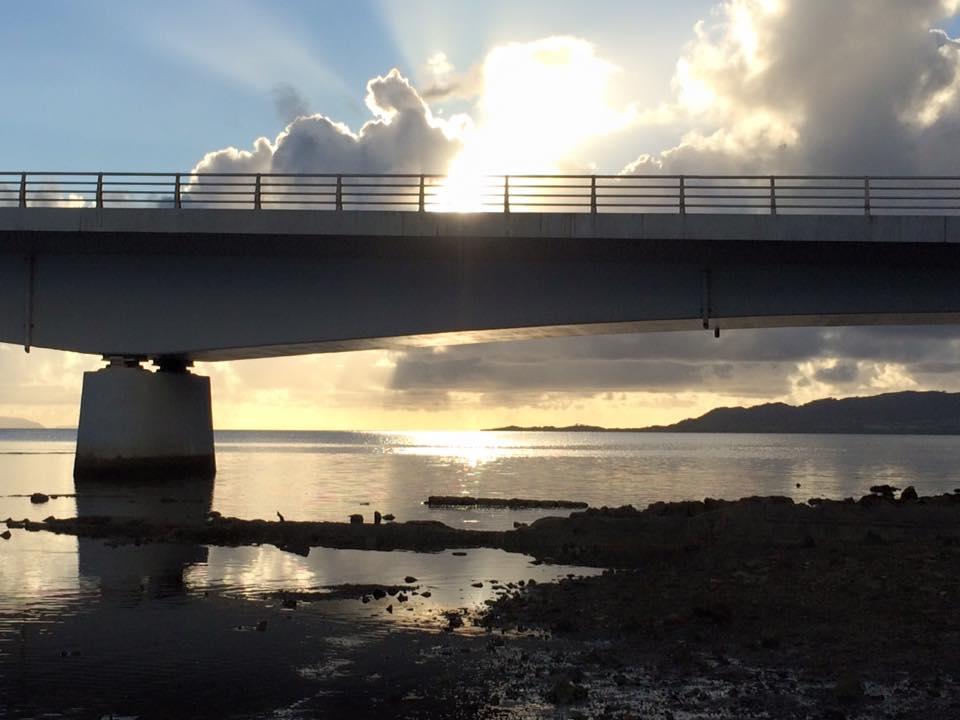 名蔵大橋の向こうに見える夕日