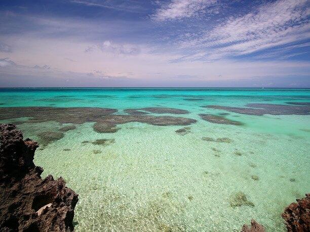 美しい池間ブルーの海