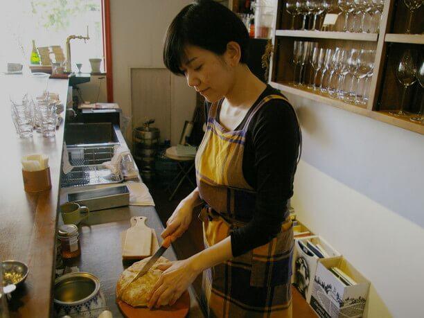 パンを切る香田さん