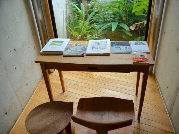 書籍が並んだテーブルと椅子