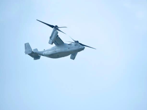 空を飛ぶ軍事用ヘリ