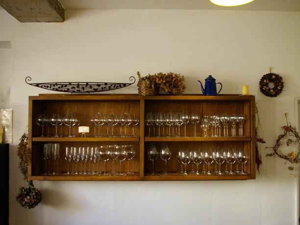 棚にずらりと並んだ美しいワイングラス