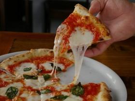 カットしたピザのアップ