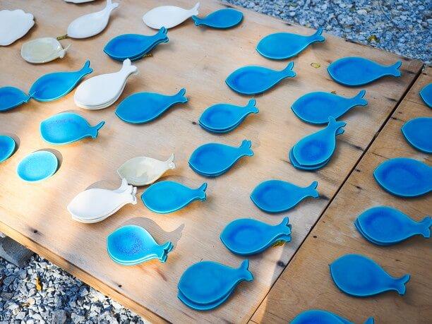 青い魚の形のお皿