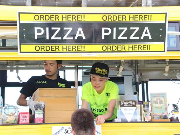 焼きたてのピッツァを販売