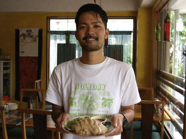 カオマンガイを持った田村さん