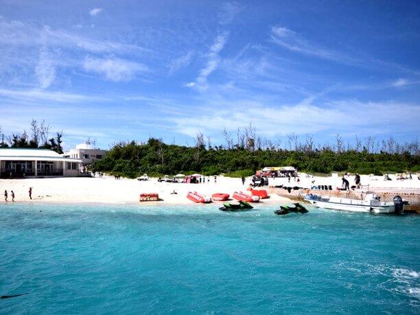 透き通るブルーの海と白い砂浜