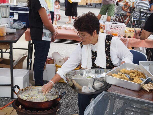 ゴーヤの天ぷらを揚げている様子