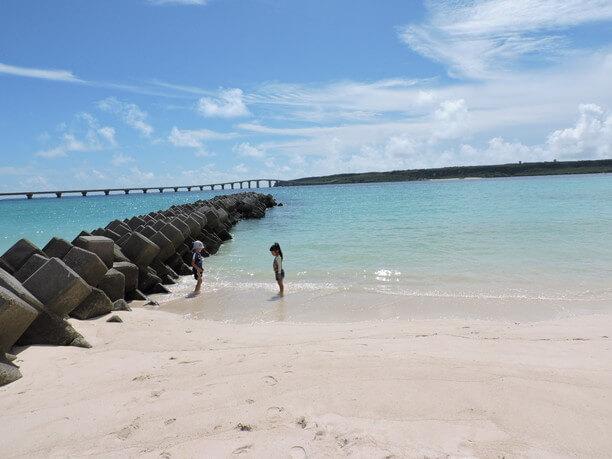 海遊びをする子供たち
