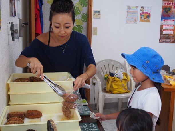 カレーパンを買う子供たちと麻那美さん