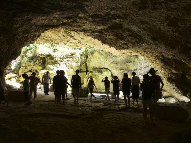 ニャティヤ洞を訪れる人々